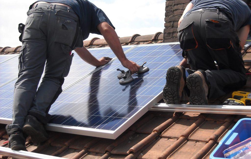 tecnicos-instalando-placas-solares-aelvasa-group